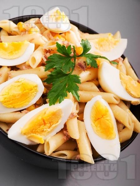 Макаронена салата с яйца, риба тон, царевица и майонеза - снимка на рецептата